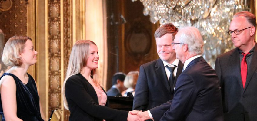 Linn Persson tar emot stipendium ur kungens hand